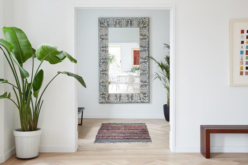 Зеркала — предмет первой необходимости в каждом доме. Сегодня сложно представить себе без них прихожую, ванную комнату или гардеробную.